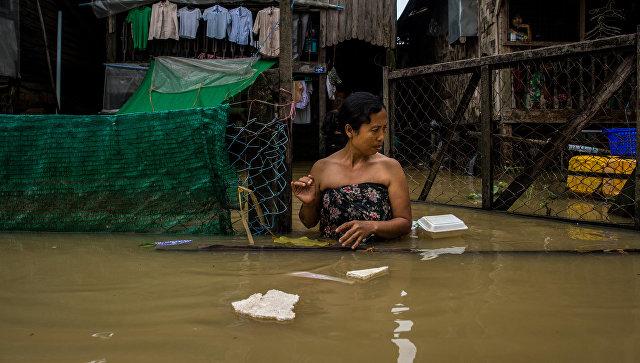 Девушка на улице во время наводнения в Мьянме. Архивное фото