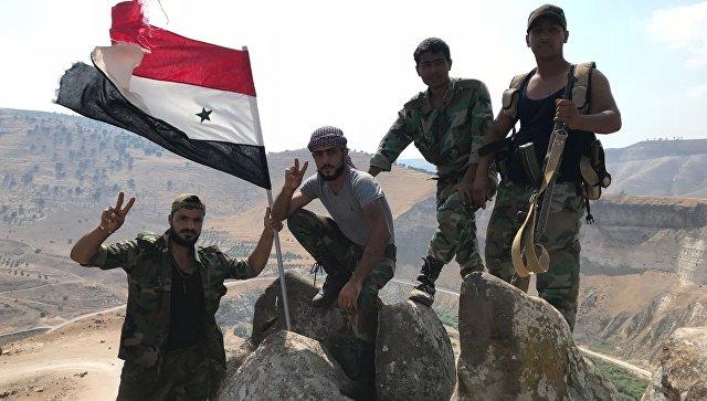 Сирийские военные водрузили государственный флаг на крайней точки территории страны на юго-западе провинции Дераа на границе с Иорданией