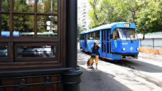 Старейшая трамвайная остановка Красностуденческий проезд маршрута №27 возле парка Дубки в Москве, открывшаяся после реставрации. Архивное фото