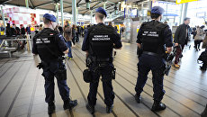 Сотрудники правоохранительных органов Нидерландов в аэропорту Схипхол в Амстердаме