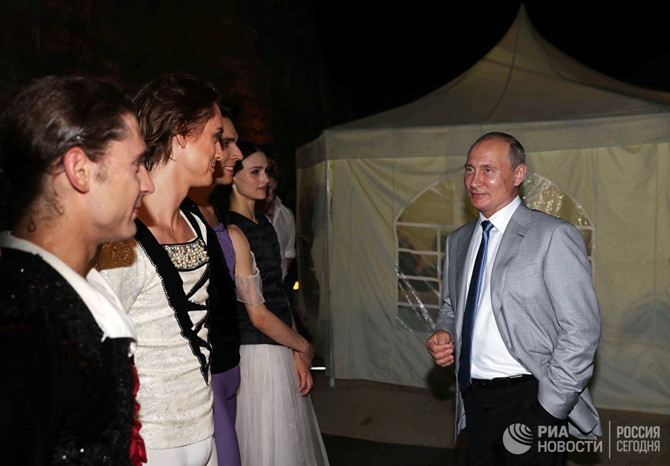 Владимир Путин с солистами балета во время посещения вечера-открытия фестиваля под открытым небом Опера в Херсонесе. 4 августа 2018