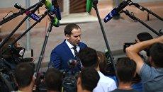 Адвокат юмориста Евгения Петросяна Сергей Жорин отвечает на вопросы журналистов. Архивное фото