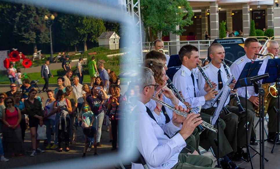 Организаторами Программы Военные оркестры в парках ежегодно является Дирекция военно-музыкального фестиваля Спасская башня, при поддержке Минобороны РФ, МЧС России, Росгвардии и Правительства Москвы