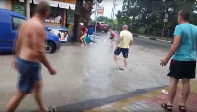 Стоп-кадр с видео очевидца гибели ребенка в поселке Лазаревское