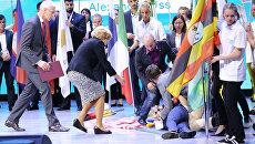 Вице-премьер РФ Ольга Голодец помогает представительнице американской делегации в Красноярске