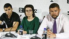 Муж погибшей девушки Евгений Львов и адвокат Андрей Мишонов на пресс-конференции. 7 августа 2018