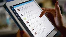 Страница социальной сети Twitter на экране планшетного компьютера. Архивное фото