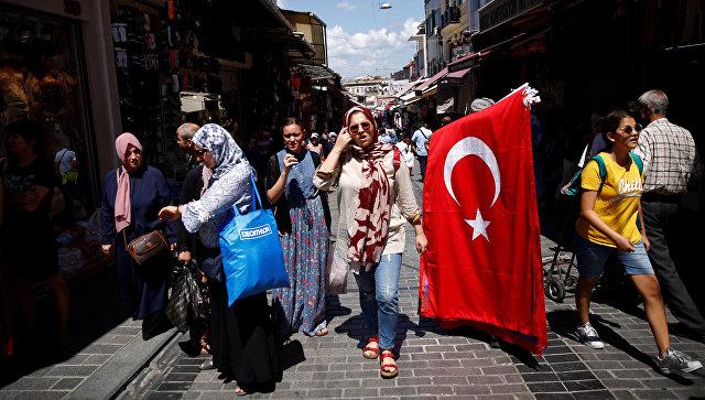 Люди на улице Махмутпаса, популярному торговому району среднего класса в Стамбуле