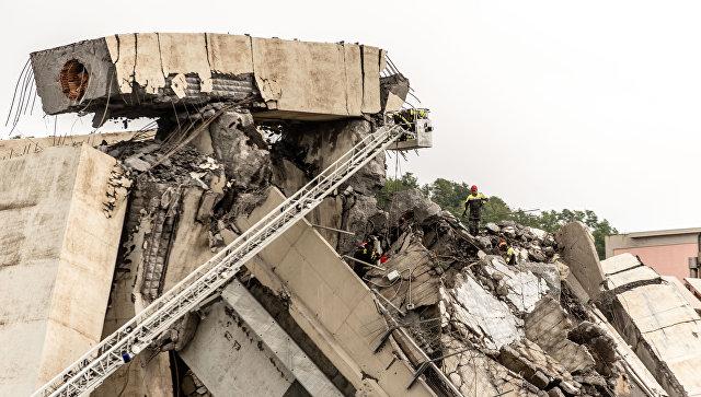 Сотрудники спасательной службы работают на месте обрушения автомобильного моста Моранди в Генуе