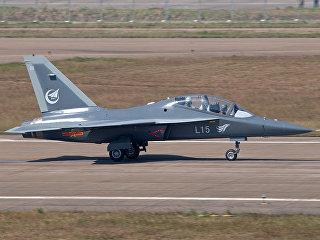 Китайский учебно-боевой самолет Hongdu L-15 (принят на вооружение ВВС КНР под обозначением JL-10). Архивное фото