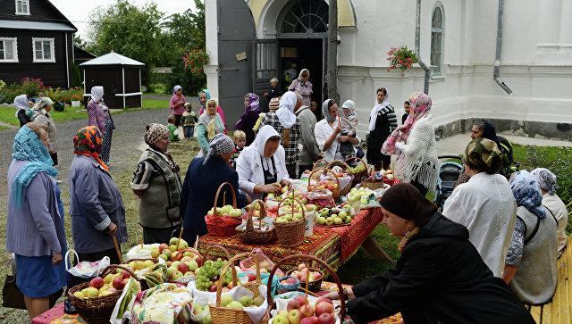 Празднование Яблочного Спаса в селе Бронница Новгородской области. Архивное фото
