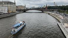 Прогулочный катер на Москва-реке, архивное фото
