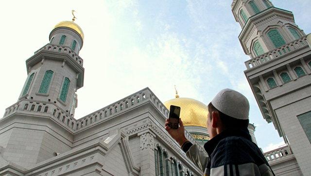 Мусульманин фотографирует Московскую соборную мечеть в день Курбан-байрама. 21 августа 2018