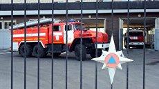 Автомобили пожаротушения у пожарного депо . Архивное фото