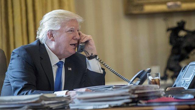 Президент США Дональд Трамп во время телефонного разговора с президентом РФ Владимиром Путиным. Архивное фото