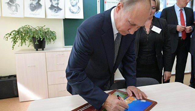 Президент РФ Владимир Путин во время посещения новой школы в городе Обь Новосибирской области. 28 августа 2018
