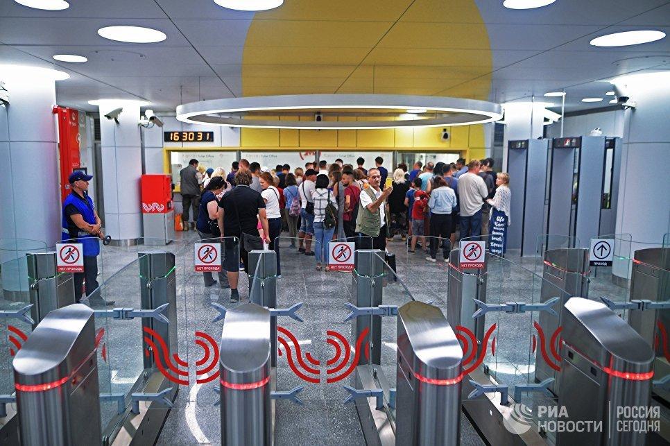 Пассажиры на станции Солнцево Калининско-Солнцевской линии Московского метрополитена. Архивное фото