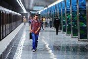 Пассажиры на станции Озерная Калининско-Солнцевской линии Московского метрополитена