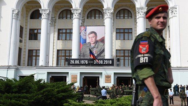 Портрет Александра Захарченко на здании Донецкого Государственного академического театра оперы и балета имени А. Б. Соловьяненко