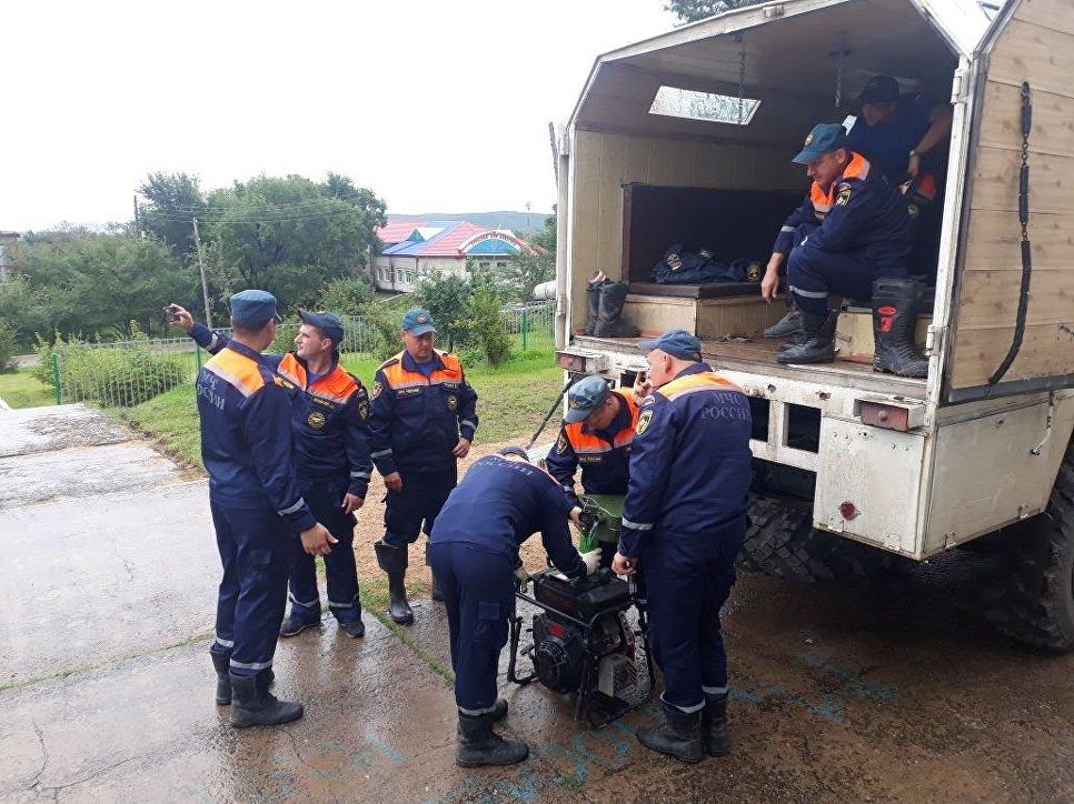 Сотрудники МЧС во время проведения аварийно-восстановительных работ в Приморье. 4 сентября 2018
