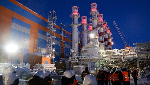 Трубы электростанции на строящемся заводе по производству сжиженного газа Ямал СПГ.