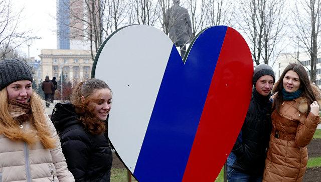 Жители Донецка на митинге-концерте, посвященном годовщине воссоединения Крыма с Россией, прошедшем в Первомайском сквере на центральной площади города. Архивное фото