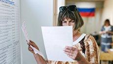 Избирательница в единый день голосования на избирательном участке