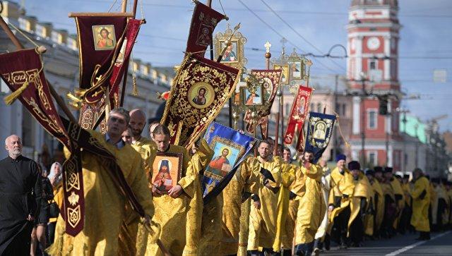 Священнослужители во время крестного хода в честь Дня перенесения мощей святого благоверного князя Александра Невского. 12 сентября 2018