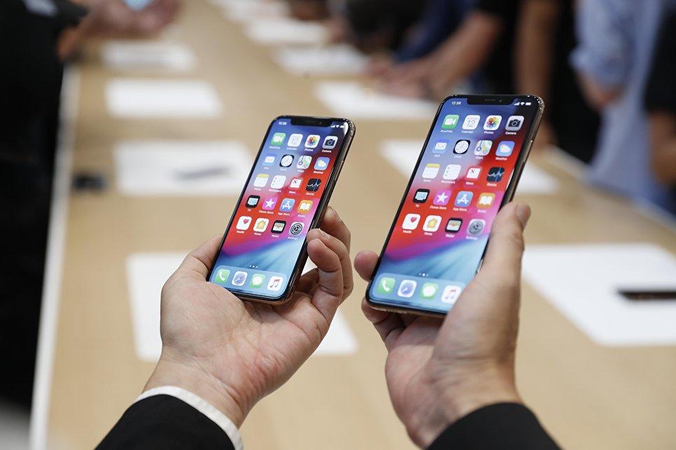 Человек держит новый Apple iPhone XS и XS Max. 12 сентября 2018 года