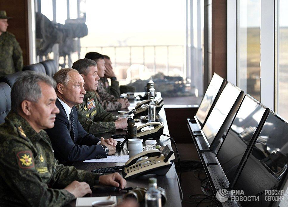 Верховный главнокомандующий ВС РФ, президент РФ Владимир Путин наблюдает за ходом военных маневров российских, монгольских и китайских вооруженных сил Восток-2018 с командного пункта на полигоне Цугол в Забайкальском крае
