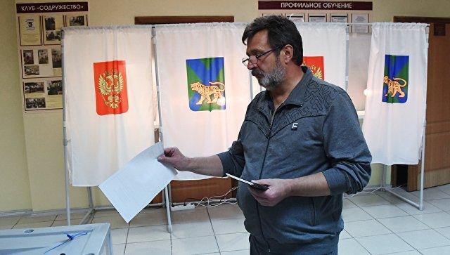 Мужчина голосует во втором туре выборов губернатора Приморского края на избирательном участке во Владивостоке