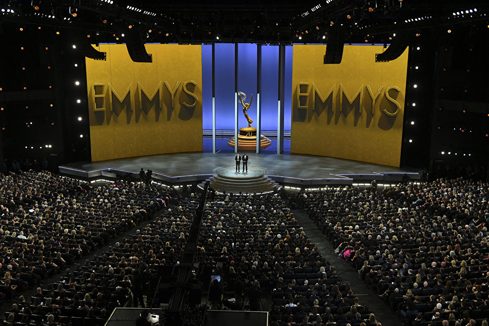 Колин Жост и Майкл Че во время 70-й церемонии вручения награды Primetime Emmy Awards в Лос-Анджелесе