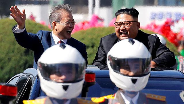 Президент Южной Кореи Мун Чжэ Ин и лидер Северной Кореи Ким Чен Ын во время парада в Пхеньяне. 18 сентября 2018