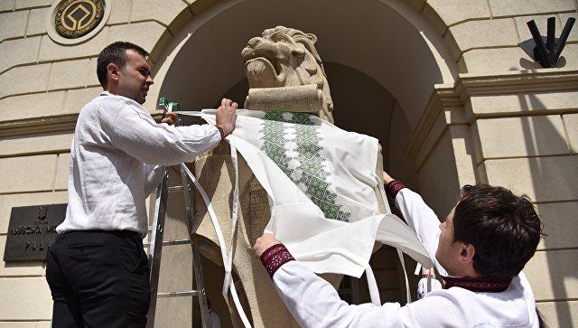 Львов на фасаде Львовской областной рады украсили в День вышиванки