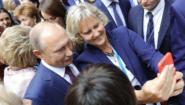 Участницы Евразийского форума в Петербурге окружили президента Владимира Путина ради селфи