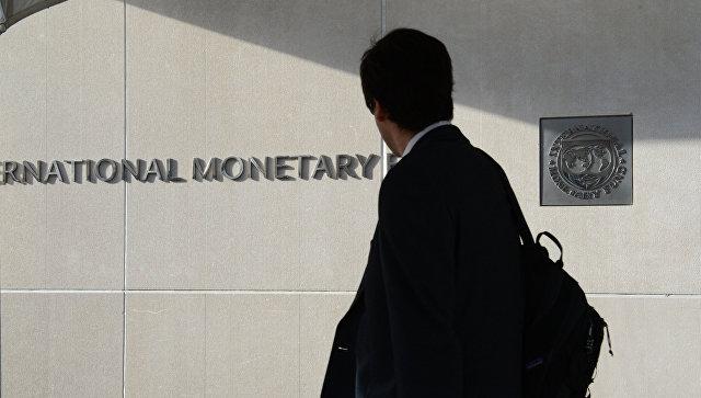 Мужчина у здания Международного валютного фонда в Вашингтоне. Архивное фото
