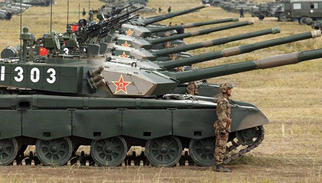 Военнослужащий у боевого танка Type 99 (ZTZ-99) Народно-освободительной армии Китая на забайкальском полигоне Цугол во время учений Восток-2018