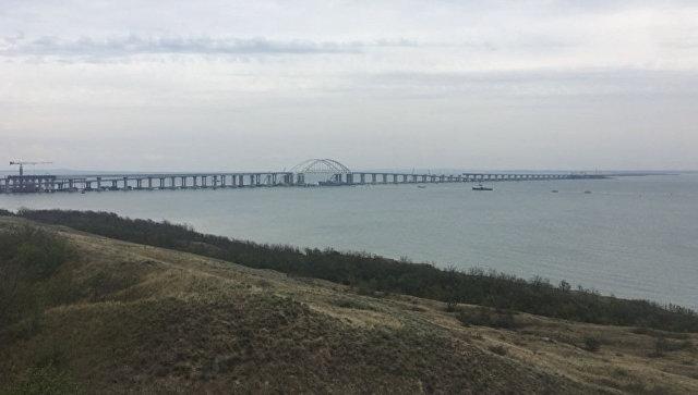 Корабли ВМС Украины во время прохождения под арками Крымского моста