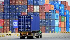 Грузовые контейнеры в порту Циндао, Китай. Архивное фото