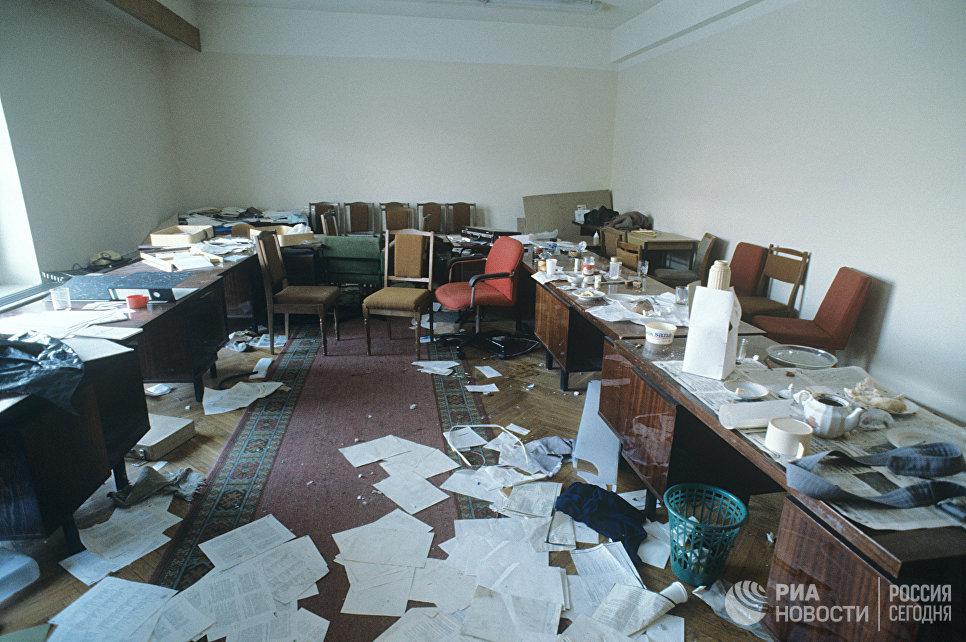 События 21 сентября — 5 октября 1993 года в Москве. В одной из комнат Верховного Совета РФ (Дом Советов).