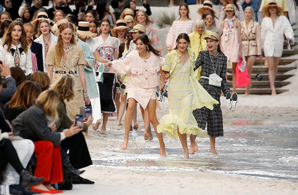 Модели во время показа коллекции весна-лето 2019 дизайнера Карла Лагерфельда на Неделе моды в Париже