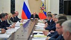 Владимир Путин проводит совещание с членами правительства России. Архивное фото