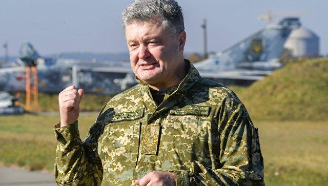Петр Порошенко во время посещения Объединенного операционного центра сил многонациональных учений Чистое небо-2018 в Хмельницкой области. Архивное фото
