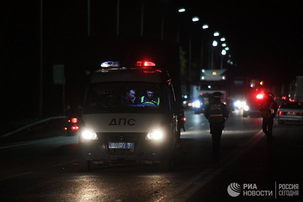Сотрудники ДПС на месте столкновения автобуса с фурой в Чувашии. 11 октября 2018