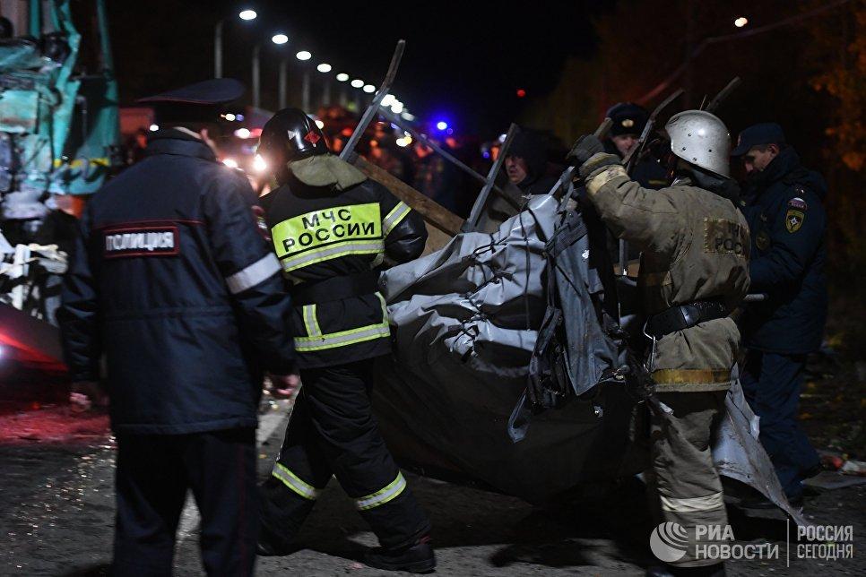 Сотрудники полиции и спасатели на месте столкновения автобуса с фурой в Чувашии