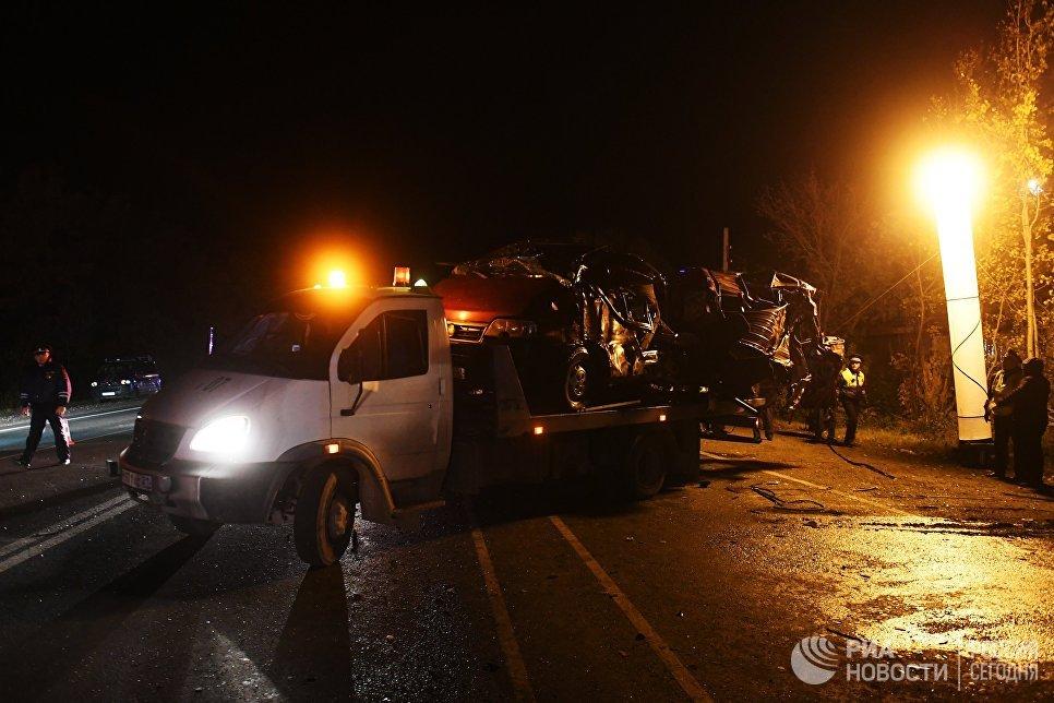 Сотрудники ДПС и спасатели на месте столкновения автобуса с фурой в Чувашии
