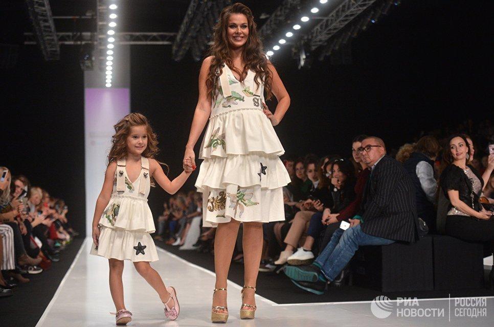 Модели демонстрируют одежду из новой коллекции дизайнера Юлии Далакян в рамках Mercedes-Benz Fashion Week Russia