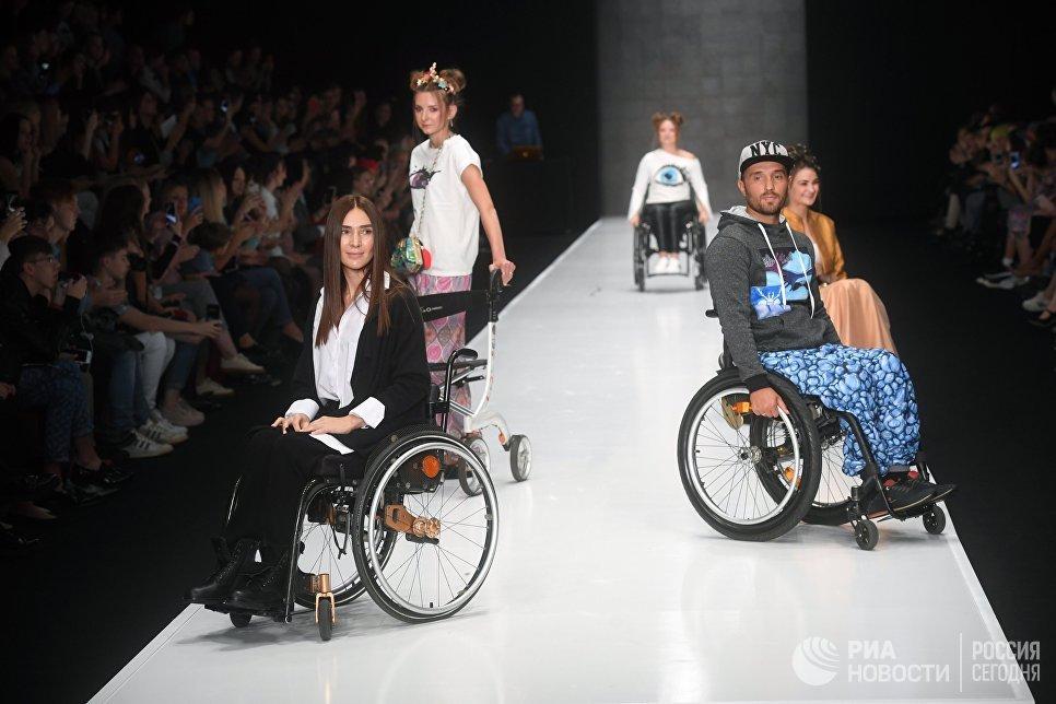 Модели демонстрируют одежду из новой коллекции I-INCLUSIVE by Ksenia Bezuglova в рамках Mercedes-Benz Fashion Week Russia