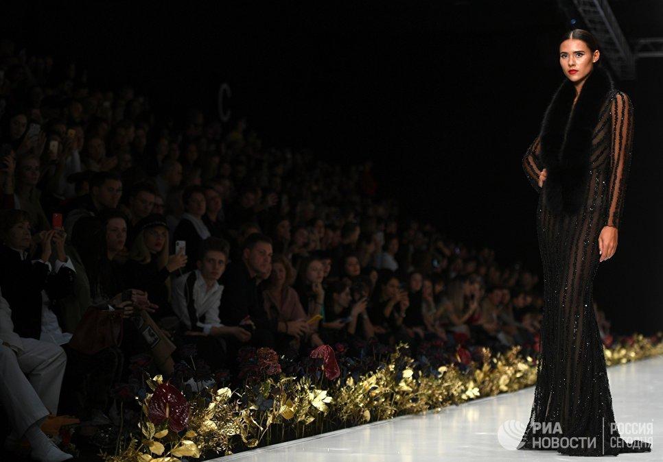 Модель демонстрирует коллекцию одежды Speranza Couture by Nadezda Yusupova в центральном выставочном зале Манеж в рамках Mercedes-Benz Fashion Week Russia