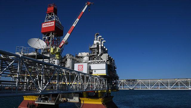 Стационарная платформа компании Лукойл на нефтегазоконденсатном месторождении. Архивное фото